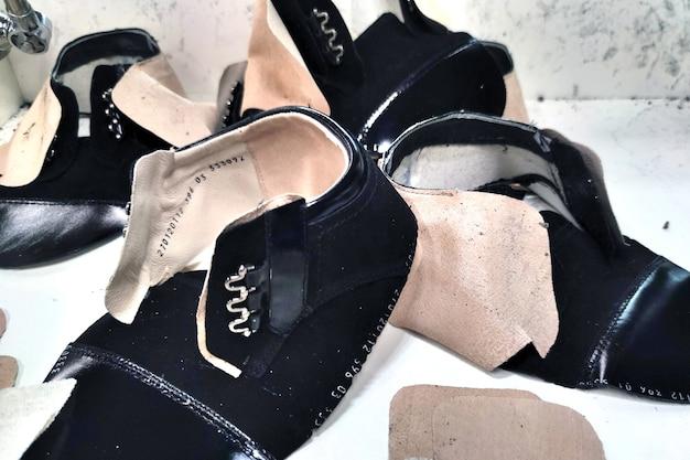 Capovolgimento dei grezzi delle scarpe, fissaggio con colla. produzione di scarpe per qualsiasi scopo.