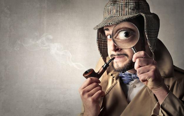 Investigatore con lente d'ingrandimento