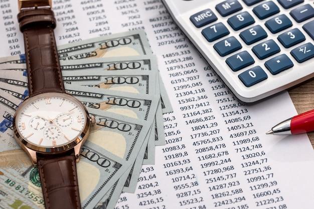 Concetto di investimento o di contabilità - soldi e calcolatrice