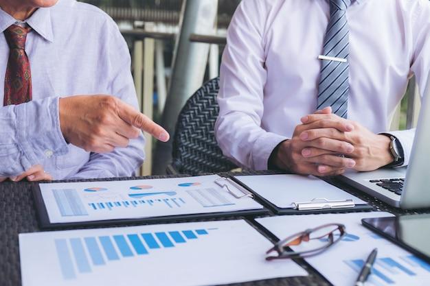 Colleghi esecutivi dell'investitore che discutono nuovo piano