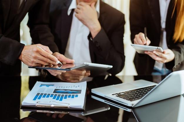Gruppo di investitori, riunione di lavoro e analisi dei dati del grafico finanziario durante la riunione. in ufficio