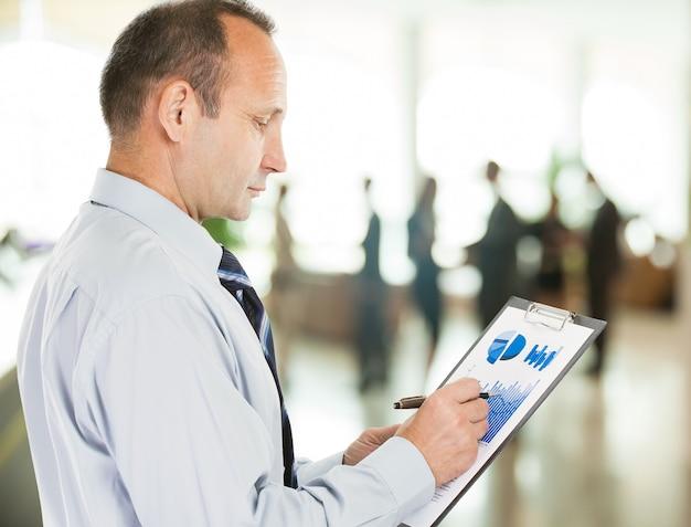 L'investitore studia il programma finanziario dei ricavi della società