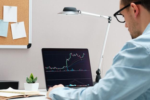 Investitore che guarda il cambiamento del mercato azionario sul taccuino