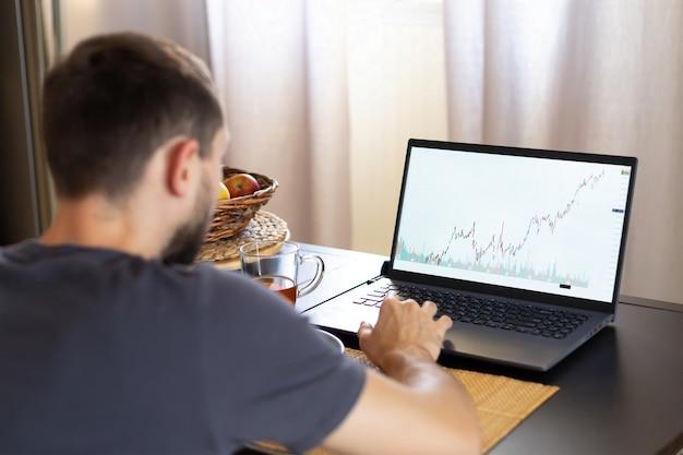 Investitore che lavora a un nuovo progetto di avvio. compito finanziario. computer portatile tablet digitale.