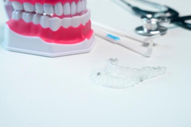 Apparecchi e strumenti invisalign per cure odontoiatriche, assistenza sanitaria dentale e concetto ortodontico.
