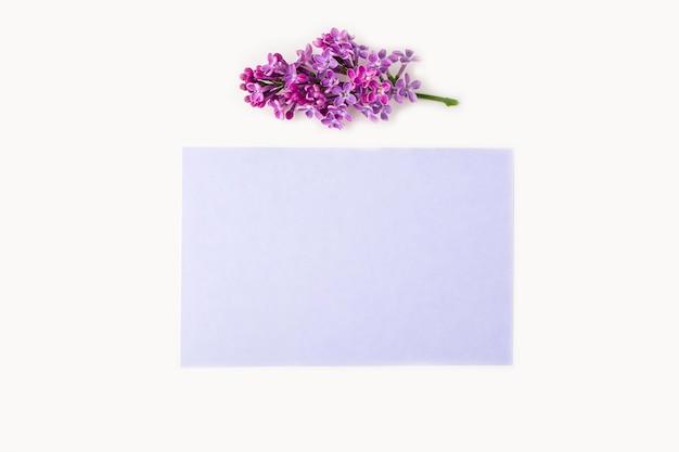 Biglietto di auguri. composizione di fiori piatti per le tue scritte