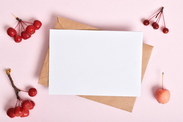 Modello di invito con una busta su sfondo rosa con mele. una nota romantica.