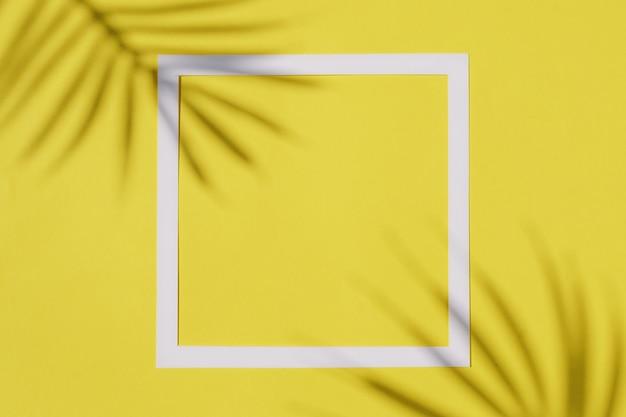 Invitanti colori illuminanti con sagome d'ombra di rami di palma e bordo cornice bianca