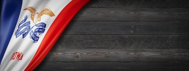 Bandiera dell'iowa sul banner di parete in legno nero, stati uniti d'america. illustrazione 3d