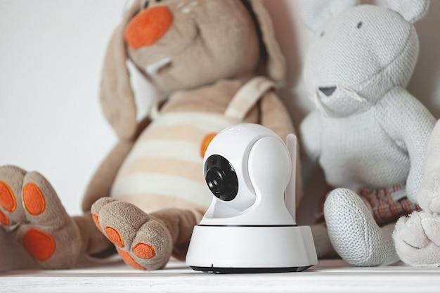 Telecamera ip sullo scaffale con giocattoli, che funge da baby monitor