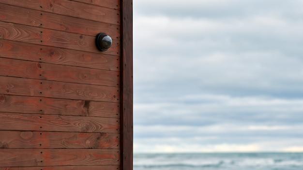 Telecamera ip cctv con sistema di sicurezza domestica installato su parete di legno sullo sfondo di un paesaggio marino
