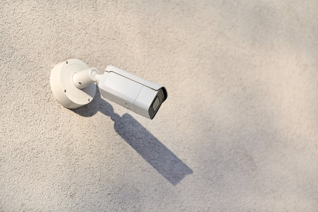 Telecamera di sicurezza ip cctv su sfondo muro di cemento, paesaggio urbano