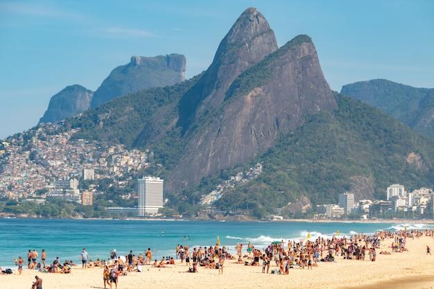 Spiaggia di ipanema a rio de janeiro, brasile. persona che si gode la spiaggia di ipanema a rio de janeiro.