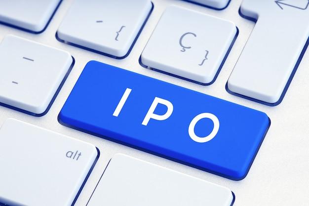 Parola di ipo sulla tastiera del computer blu. concetto di offerta pubblica iniziale