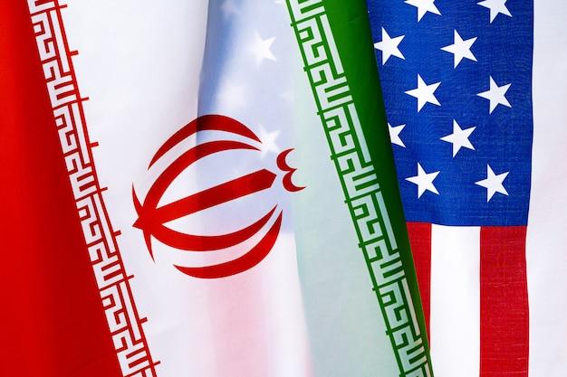Bandiera dell'iran e degli stati uniti d'america su bianco
