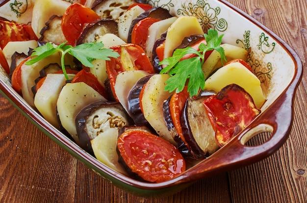 Tapsi iracheno è patate fritte, melanzane, zucchine a volte e a strati, in una cottura al forno. stufato mediorientale