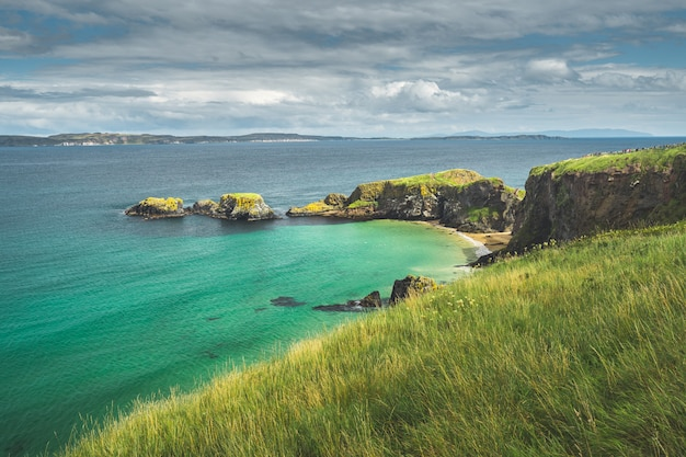 Baia irlandese con acqua turchese. irlanda del nord.