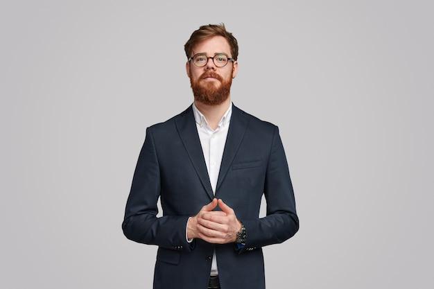 Uomo d'affari irlandese con la barba allo zenzero stringendo le mani