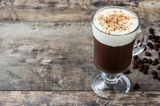 Irish coffee in vetro sulla tavola di legno