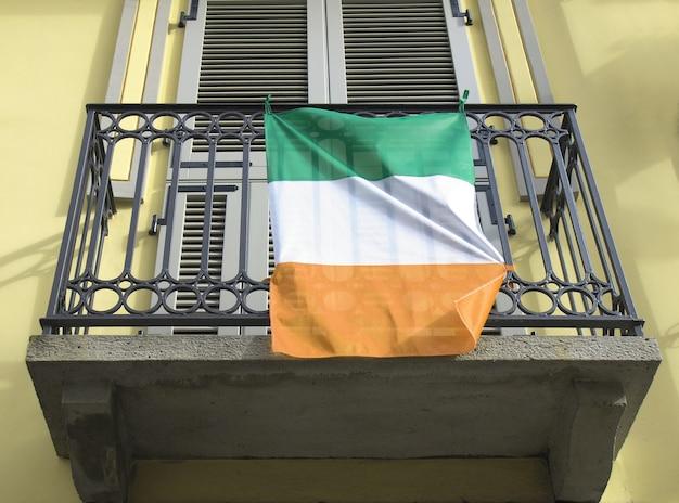 Bandiera irlandese su un balcone