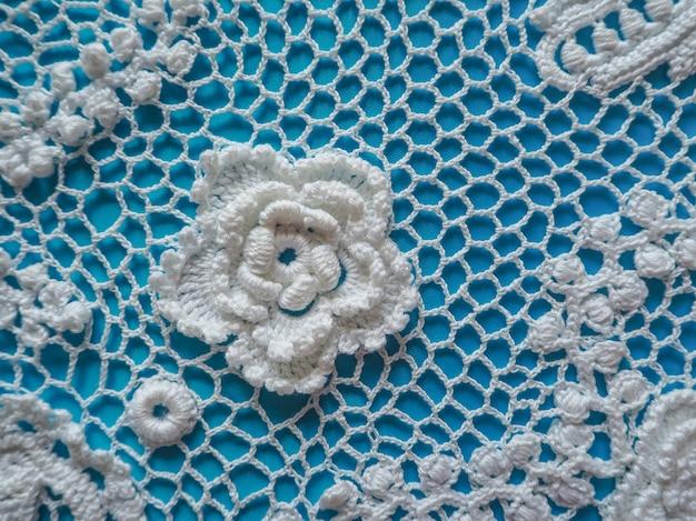 Uncinetto di pizzo irlandese. gli elementi del vestito bianco lavorato a maglia.