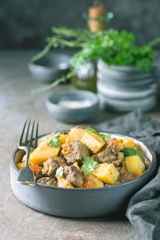 Stufato irlandese a base di manzo, patate, carote ed erbe aromatiche. piatto tradizionale del giorno di san patrizio.