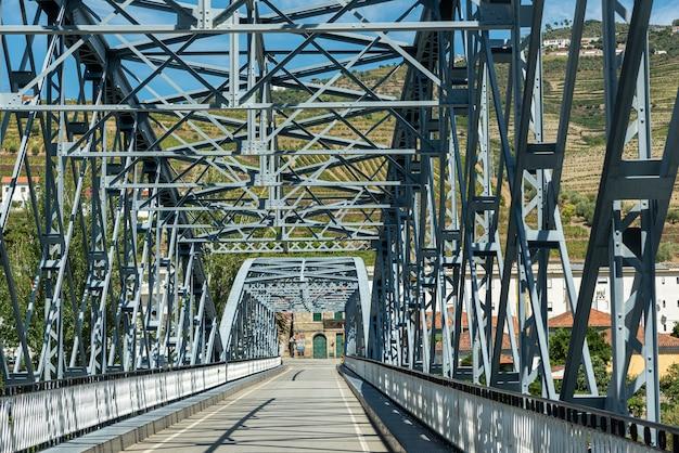 Ponte di ferro sul fiume douro pinhao portogallo