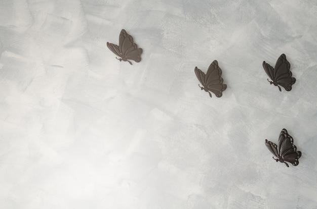 Farfalla di ferro sullo sfondo del cemento