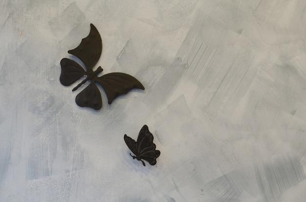 Farfalle di ferro su sfondo di cemento