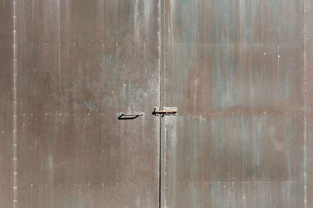 Texture porta in ferro, ruggine, con colori rosso, blu, marrone, piastre incollate con rivetti