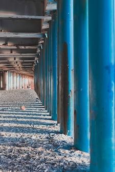 Pile di ferro del ponte, sotto il ponte