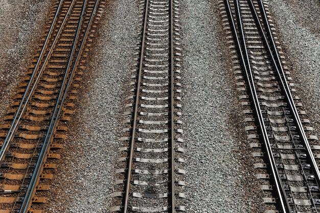 Rotaie di ferro e traversine di cemento su terreno pietroso
