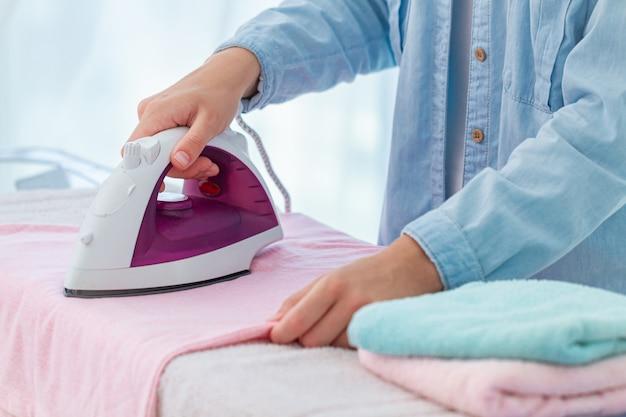 Stiratura di biancheria e vestiti dopo il bucato