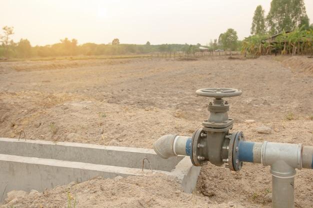 Tubo di irrigazione e valvola dell'acqua per l'agricoltura in campagna