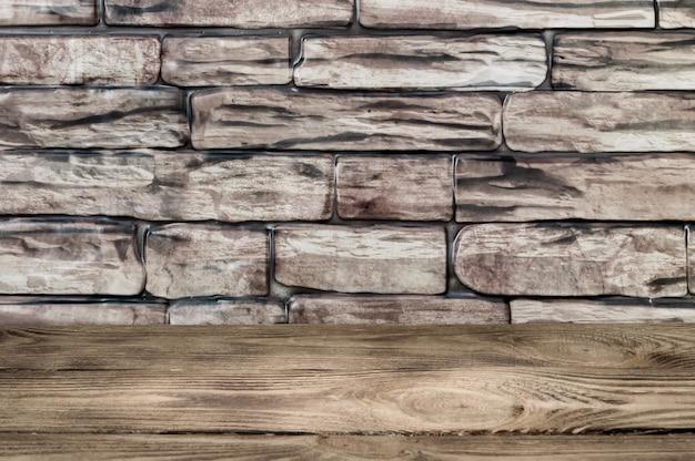 È un muro di grandi mattoni marroni e assi di legno.