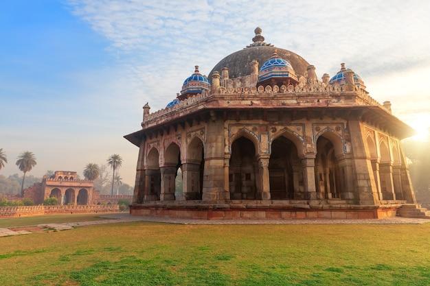 Tomba di isa khan, splendida vista dell'alba, complesso della tomba di humayun, nuova delhi, india.