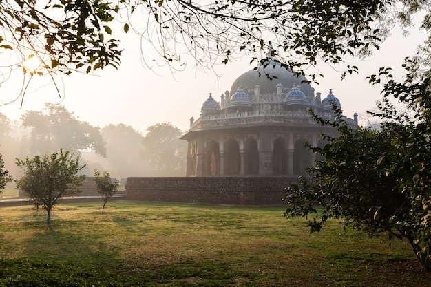 La tomba di isa khan nel giardino di humayun, nuova delhi, india.