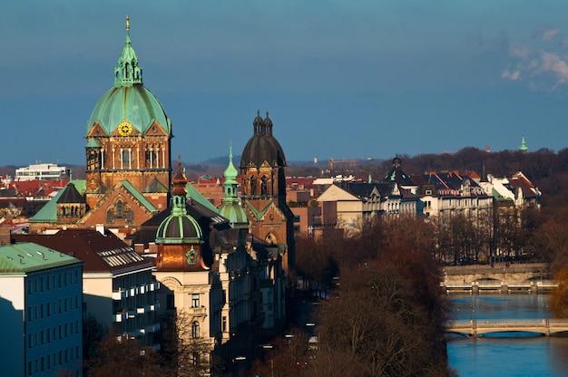 Il fiume isar e la chiesa di san luca, la più grande chiesa protestante di monaco.