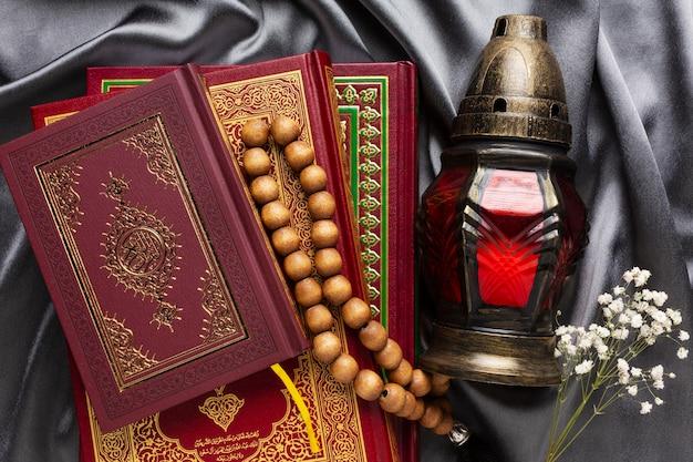 Decorazione islamica del nuovo anno con perline in preghiera e libri religiosi