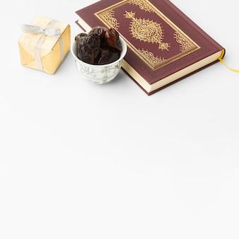 Libro islamico del corano del nuovo anno con le date