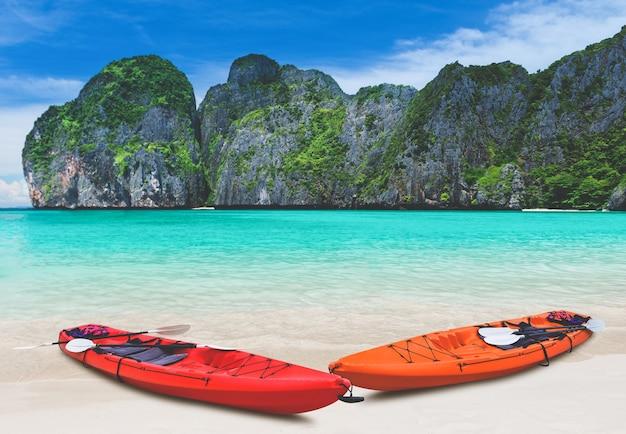 Spiaggia del mare blu dell'isola e barca kayak con illuminazione solare esterna.