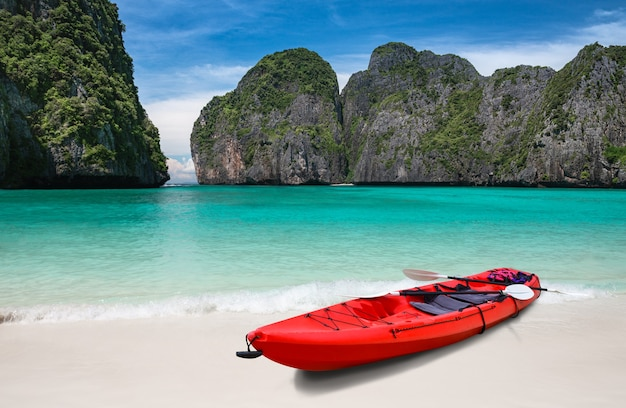 Spiaggia del mare blu dell'isola e barca in kayak con illuminazione solare esterna.
