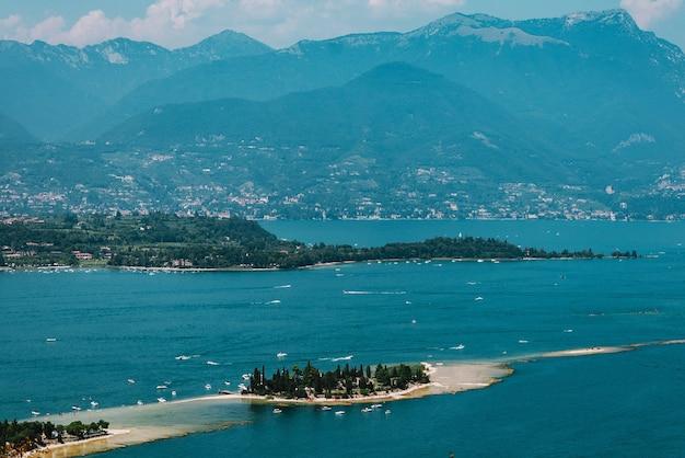 Isola sul lago di garda, italia, bassa visibilità,