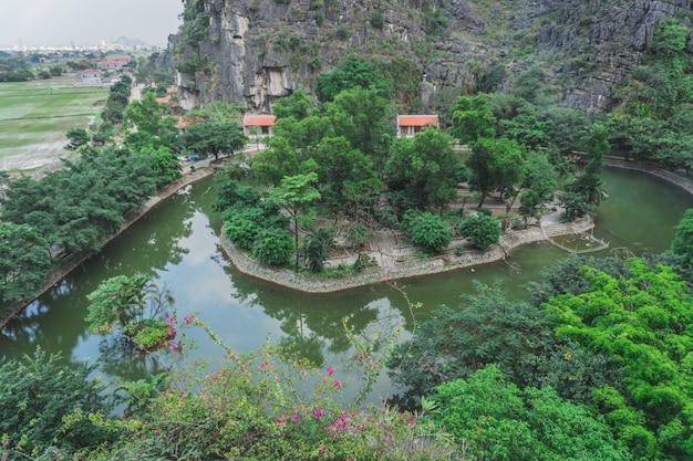 Isola nel mezzo di un lago in vietnam