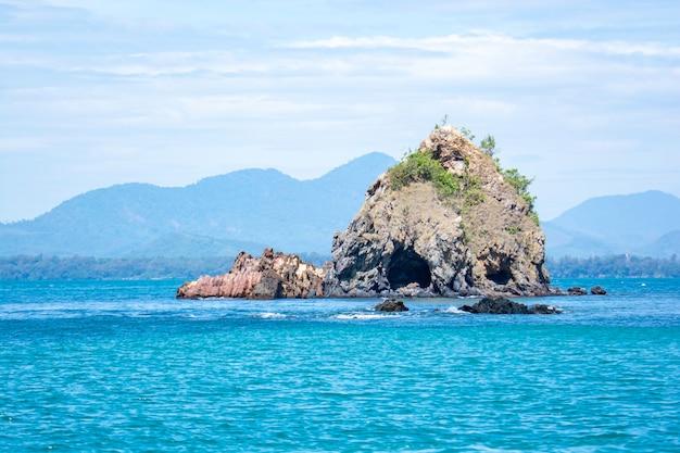 Isola nel mare una fermata della barca per portare i turisti a fare snorkeling koh samet