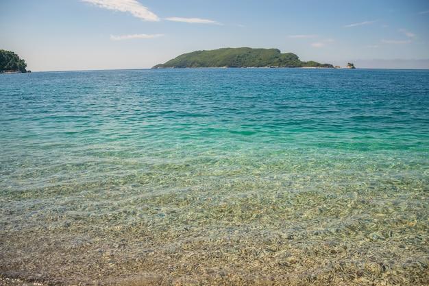 L'isola di san nicola, situata di fronte a budva nel mare adriatico. montenegrino.