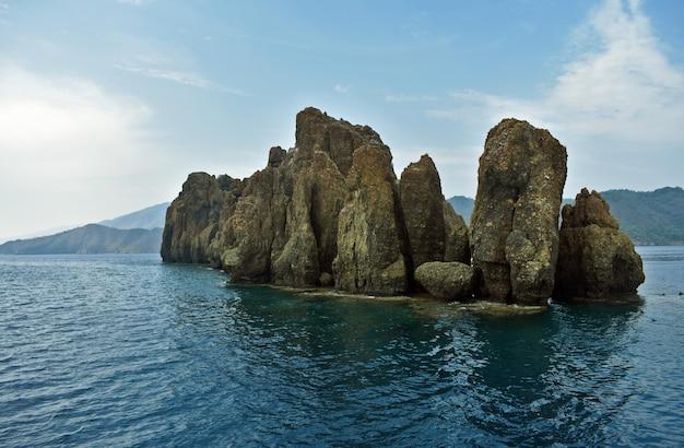 Isola di sassi nel mare