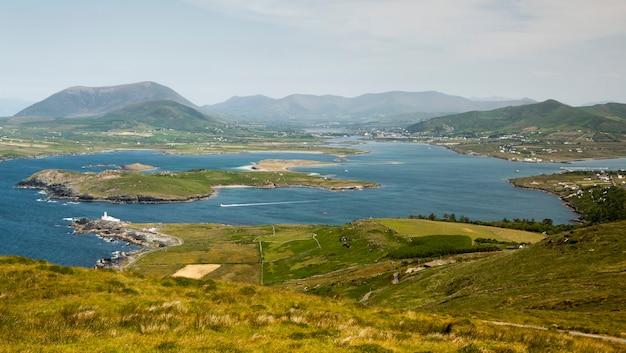 L'isola di valentia (in gaelico dairbhre), a ovest dell'irlanda. penisola di iveragh (contea di kerry). ponte situato a portmagee. traghetto knightstown