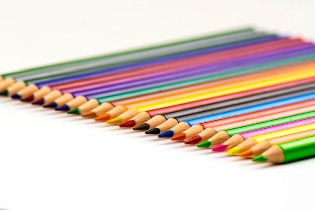 Isolato. un sacco di matite colorate affilate