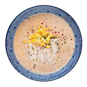 Ciotola isolata di minestra di tagliatella del ramen del formaggio